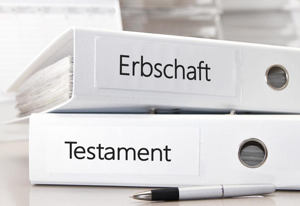 Ordner mit Erbschaft und Testament Unterlagen auf Tisch